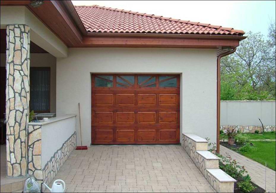 EUROHOLZ fa garázskapu egyedi kialakítású hőszigetelt ablakokkal is rendelhető