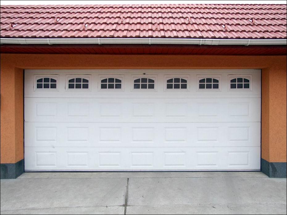 Alsónémedi: fehér, ECOTOR garázsajtó, kazettás mintázattal, Cascade mintázatú ablakokkal szemből