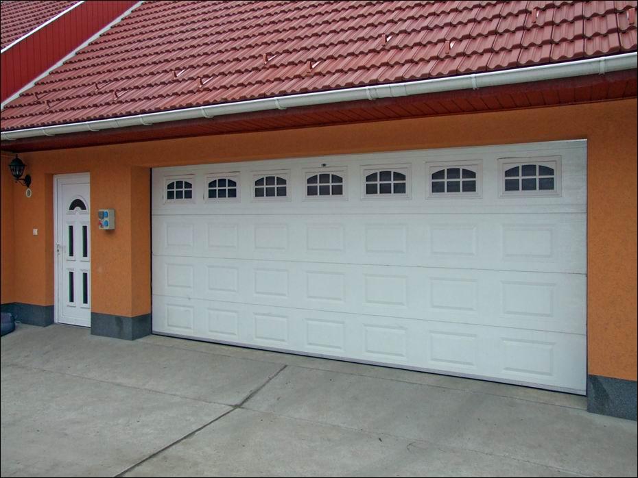 Kazettás mintázatú, fehér színű ECOTOR garázskapu, hőszigetelt ablakokkal jobbról