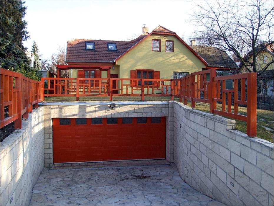 Budapest, XIX ker. Corvin krt.: ECOTOR kazettás, egyedi festésű garázskapu, hőszigetelt ablakokkal - távolról