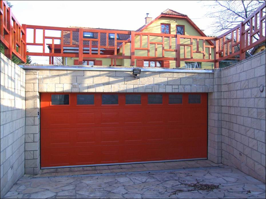 ECOTOR típusú, kazettás mintázatú, a környezethez illeszkedő színre festett garázsajtó, hőszigetelt ablakokkal - balról