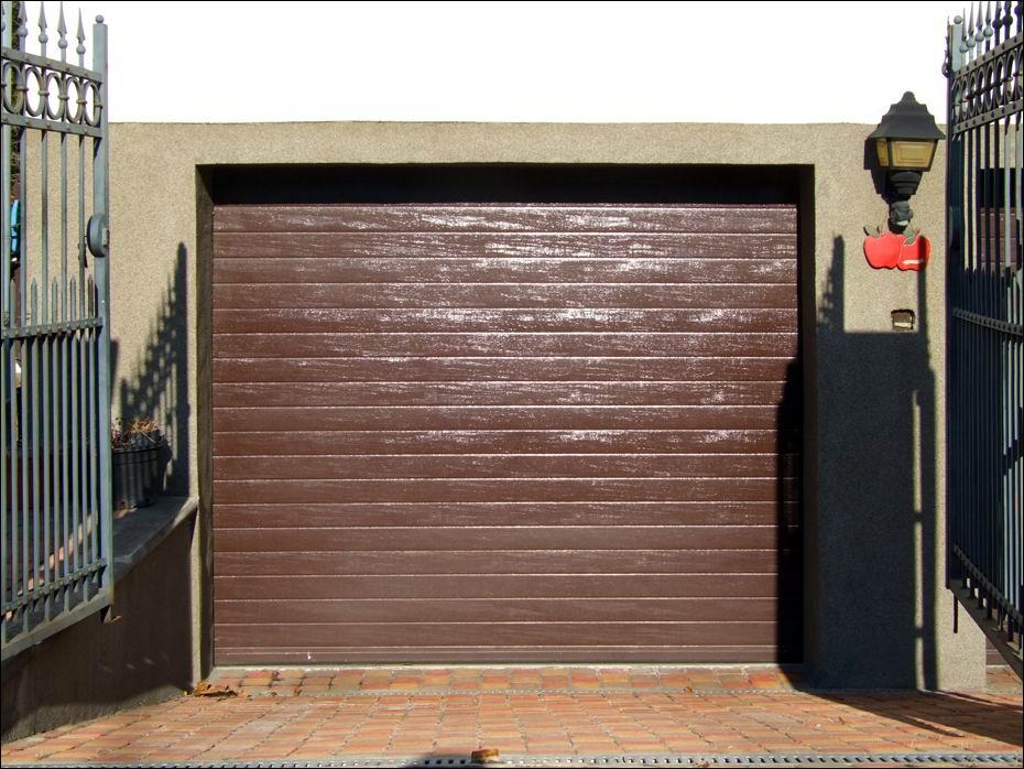 ECOTOR típusú, 40mm poliuretán hőszigetelésű, egyedi barna színű garázsajtó Budapesten az Eperjes utcában: