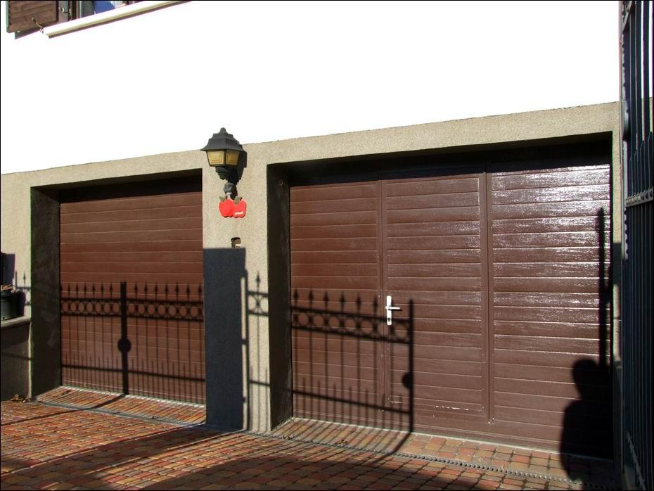 2db bordás mintázatú, egyedi barna garázskapu, egyikben átjáró ajtóval, zárral, kilinccsel, hidraulikus ajtóbehúzóval