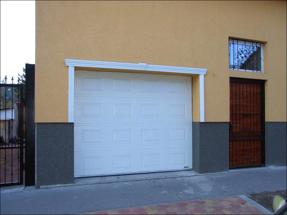 Budapest, XIX ker. Zrínyi utca: ECOTOR típusú, szekcionált garázskapu fehér színben, kazettás mintázattal