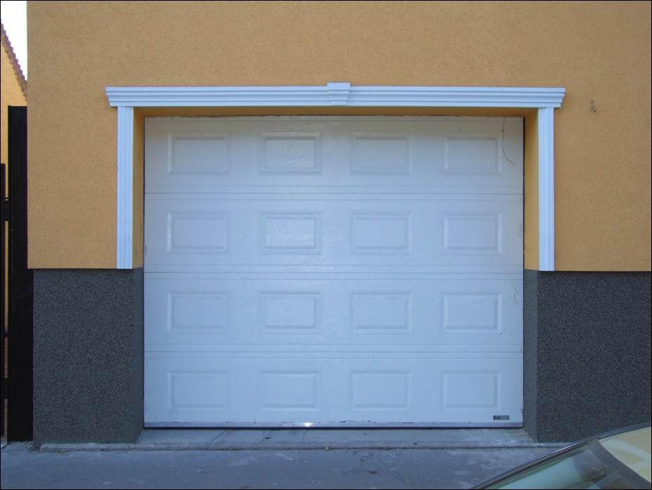 Fehér színű, automata garázsajtó, kazettás mintázattal, 40mm-es poliuretán hőszigetelásű kivitelben