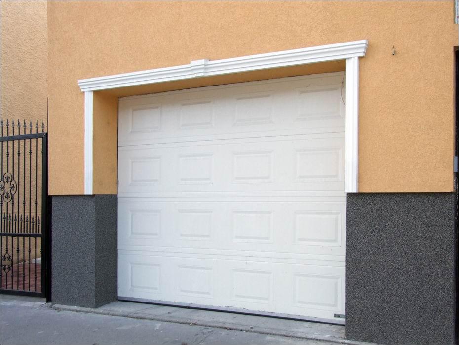Hőszigetelt, fehér színű, kazettás, szekcionált garázskapu, távirányítású DiTEC automatikával