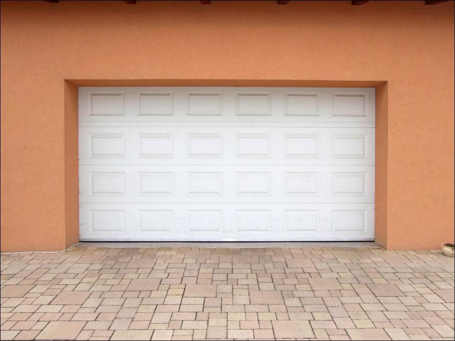 Kazettás mintázatú, 40mm poliuretán hőszigetelésű garázsajtó, fehér színben, Dunaharasztin,a Bezerédi lakóparkban