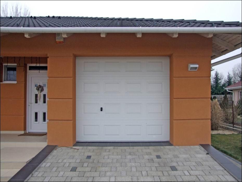 Hőszigetelt garázsajtó, fehér színű, kazettás mintázattal, Dunaharaszti, legszebb lakóparkjában