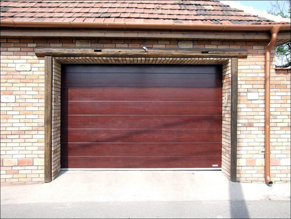 Dunaharaszti: Magyarországon készülő, ECOTOR típusú, széles bordás mintázatú, fadekor mahagóni színű garázsajtó, 40mm-es poliuretán hőszigeteléssel