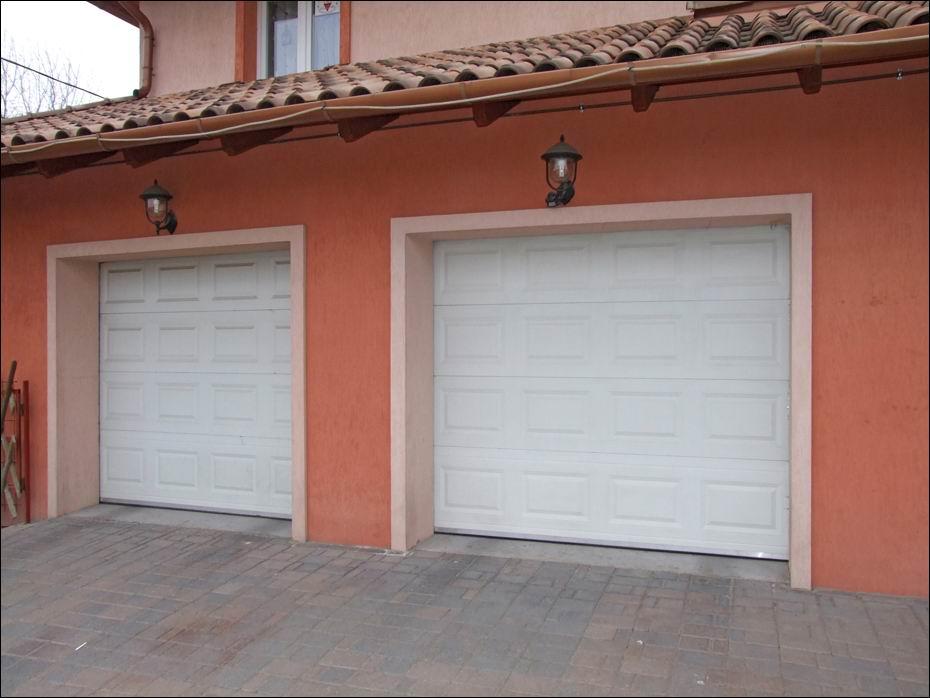 Fehér színű, ECOTOR szekcionált garázsajtók, jobbról fotózva