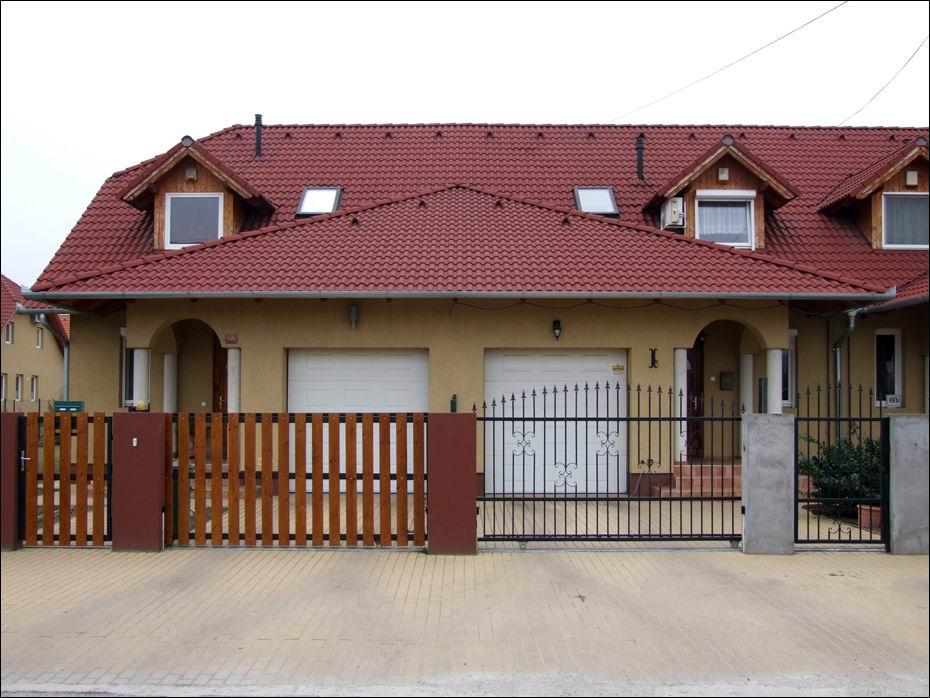 Fehér színű hőszigetelt garázskapuk, kazettás mintázattal, Dunaharasztin a Bezerédi lakóparkban
