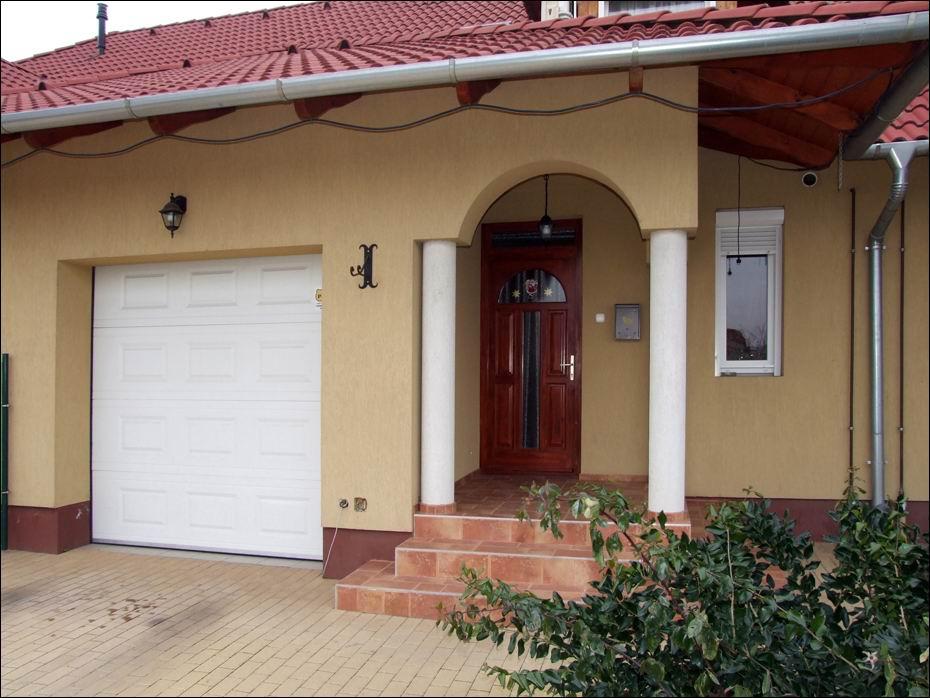 Legyen az Ön otthonában is egy kiváló hőszigetelésű és elegáns ECOTOR garázskapu, felsőkategóriás DITEC kapunyitó automatikával