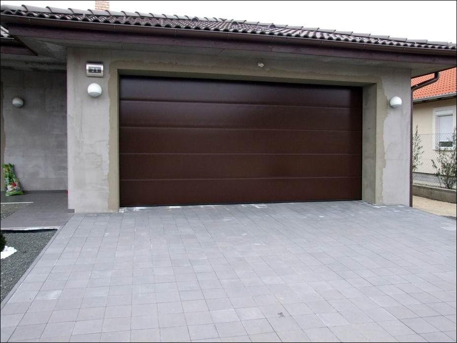 Dunaharaszti, Kőrisfa utca: Hörmann típusú, egyedi barna festésű, sima felületű garázskapu, hőszigetelt, szekcionált kivitelben balról fotózva