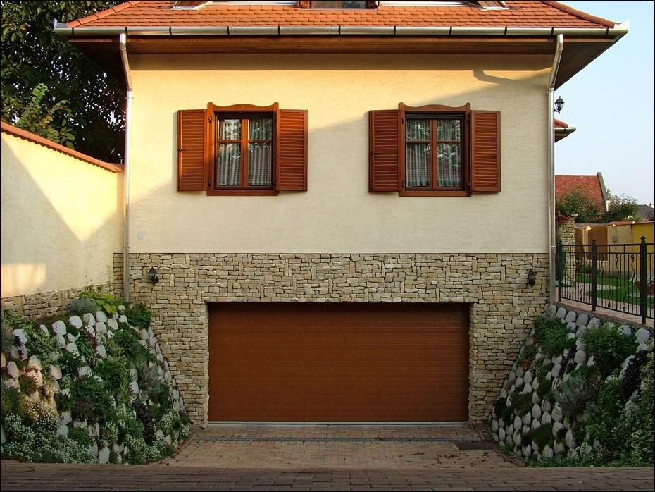 Dunaharaszti, Kossuth Lajos utca: természethű fadekor aranytölgy garázskapu, vízszintes bordás mintázattal szemből fotózva