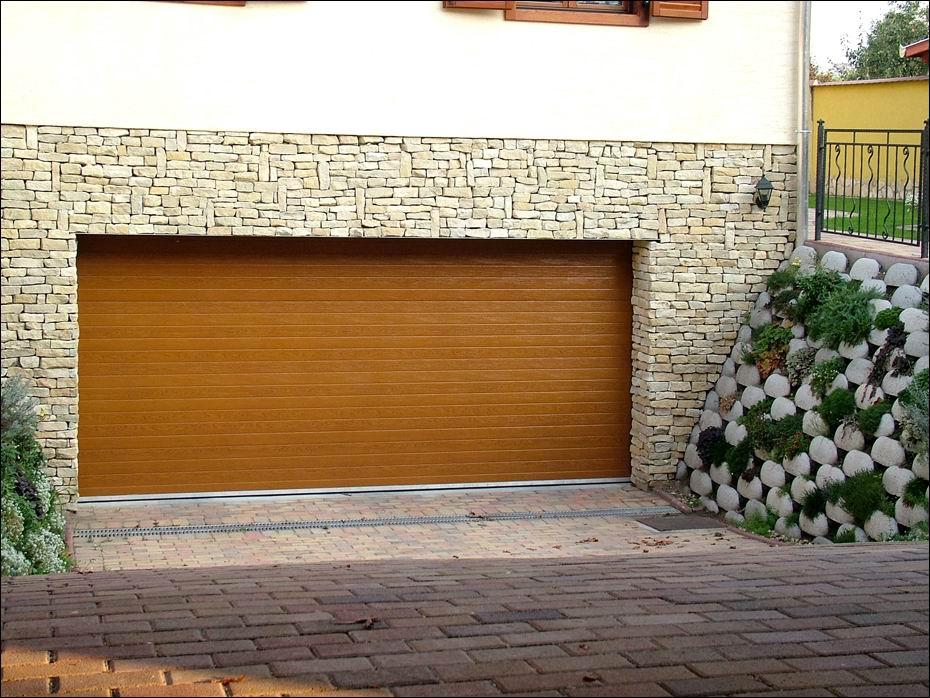 40mm poliuretán hőszigetelésű, aranytölgy fadekor felületű, bordázott mintázatú, ECOTOR garázsajtó harmonikusan illeszkedik a ház nyílászáróihoz