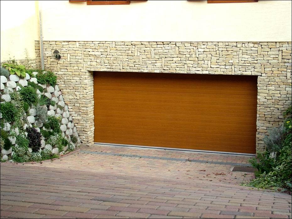 Vízszintesen borás mintázatú, természetes fahatású, aranytölgy garázskapu, 40mm-es hőszigeteléssel Dunaharasztin