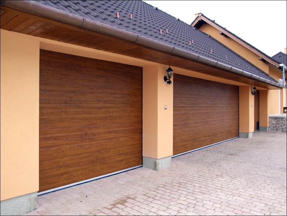 Dunaharaszti, Rózsa utca: ECOTOR típusú, szekcionált garázskapu, 40mm-es poliuretán hőszigeteléssel, vízszintesen bordás mintázattal, gyönyörű aranytölgy fadekor kivitelben balról