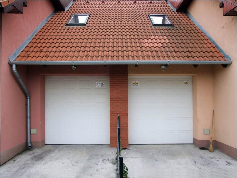 Elegáns lakóparki sorházban, 6db fehér színű, szekcionált, kazettás hőszigetelt garázskapu, távirányítású DITEC automatikával
