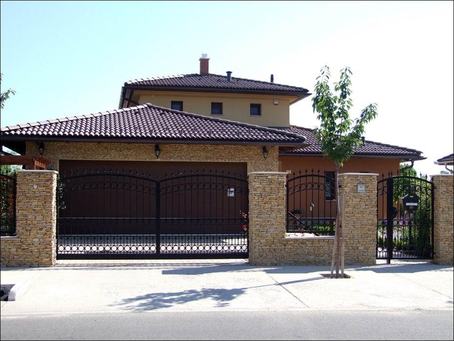 Dunaharaszti, Szilágyi Sándor utca: széles bordás ECOTOR típusú, fadekor garázskapu és ház távolról fotózva