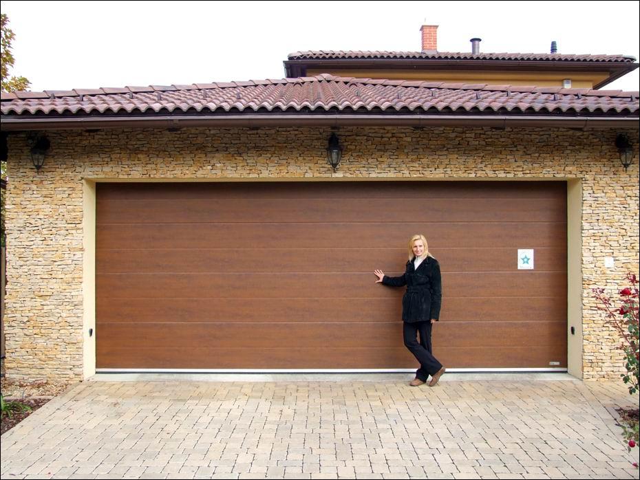 Igényes kivitelezésű ECOTOR típusú, dió színű, fadekor garázskapu, az elégedett tulajdonossal