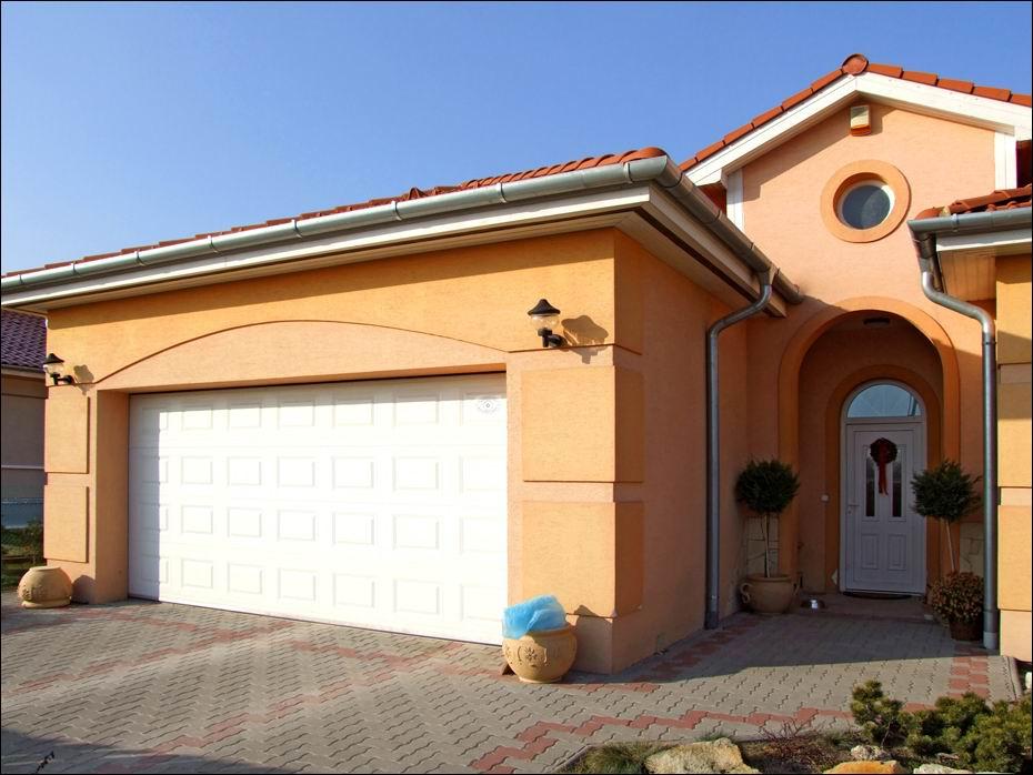 A hazai gyártású ECOTOR garázskapuknak a kőnnyű használat és kiváló hőszigetelés a fő jellemzője