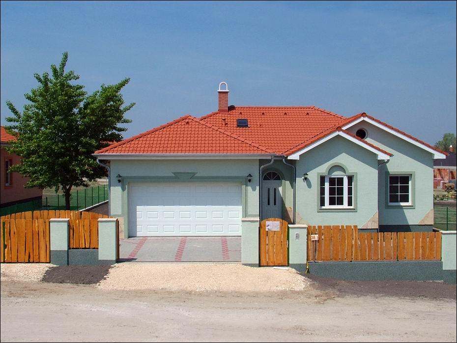Gyönyörű környezetben, igényes kivitelezésű, kertes családi házgan ECOTOR garázsajtó, távirányítású automatikával