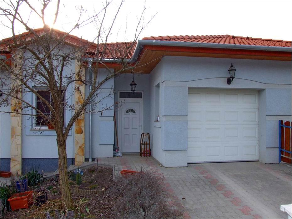 A garázs, autójának otthona. Legyen a bejárata egy szép garázsajtó 10
