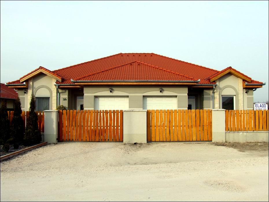 Dunavarsány, Imola utca: 2db kazettás mintázatú, fehér színű, szekcionált, hőszigetelt garázskapu 01