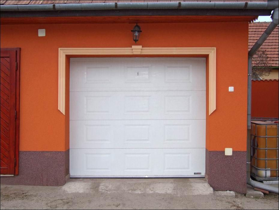Ócsa, Rákóczi út: 2db kazettás mintázatú, hőszigetelt, szekcionált, fehér színű, ECOTOR garázskapu szemből