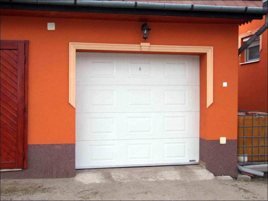 Ócsa, Rákóczi út: 2db kazettás mintázatú, hőszigetelt, szekcionált, fehér színű, ECOTOR garázskapu balról