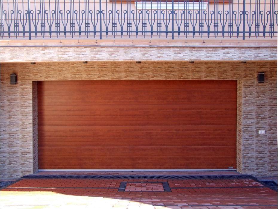 Szigethalom, XIII. utca: vízszintesen bordás mintázatú, fadekor cseresznye kivitelű, hőszigetelt, szekcionált garázskapu közelről