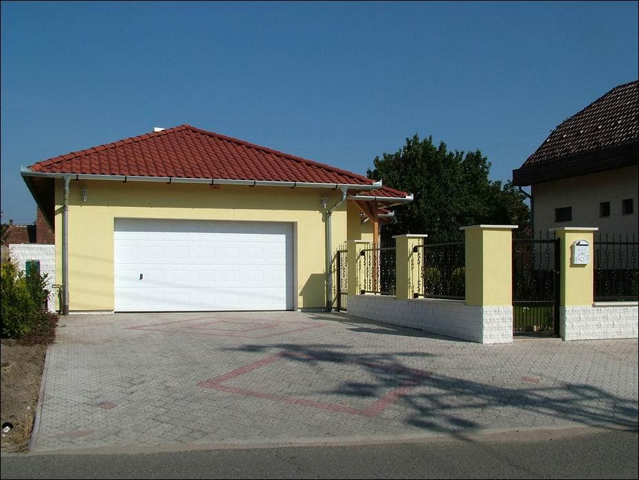 Szigetszentmiklós, Ősz utca: szekcionált rendszerű, fehér színű, kazettás mintázatú, hőszigetelt garázskapu balról