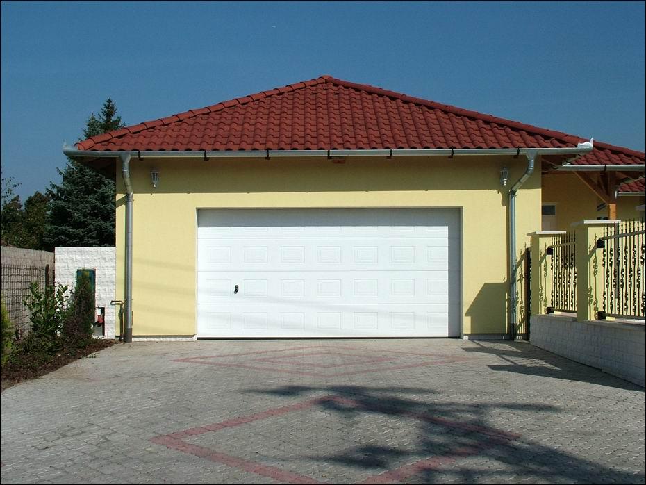 Szigetszentmiklós, Ősz utca: szekcionált rendszerű, fehér színű, kazettás mintázatú, hőszigetelt garázskapu szemből