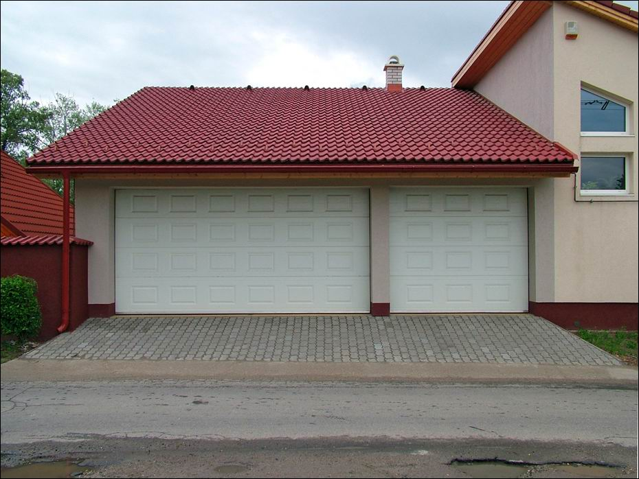 Szigetszentmiklós, Rév utca: 2db fehér, kazettás mintázatú, hőszigetelt, szekcionált ECOTOR garázskapu szemből