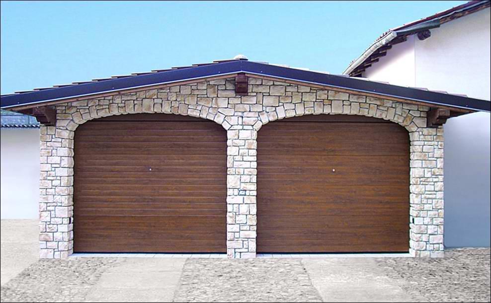 DITEC szekcionált garázskapu vizszintesen bordás mintázattal, fadekor dió kivitelben