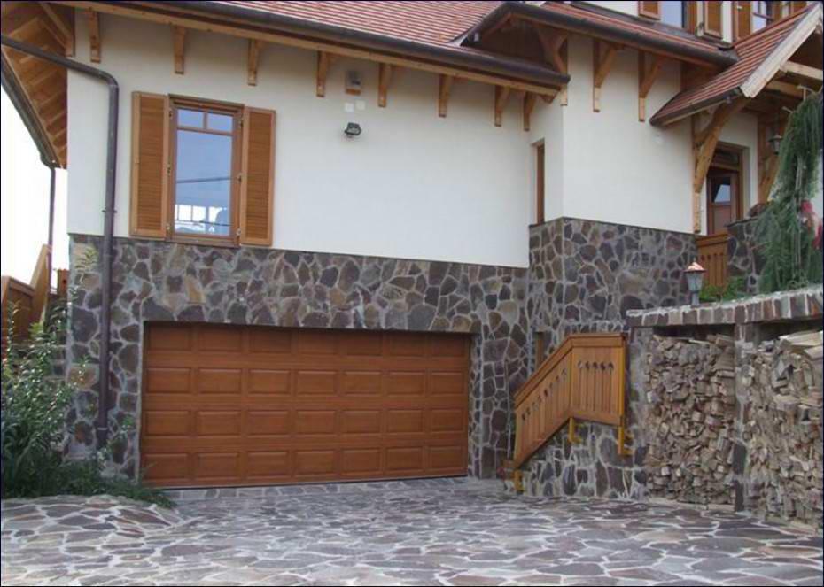 Az EUROHOLZ fa garázskapu színe harmonikusan illeszkedik az épület nyílászáróihoz