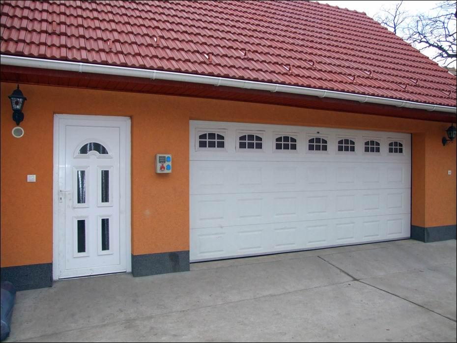 Alsónémedi, Haraszti út: fehér, kazettás mintázatú ECOTOR garázskapu, hőszigetelt ablakokkal balról